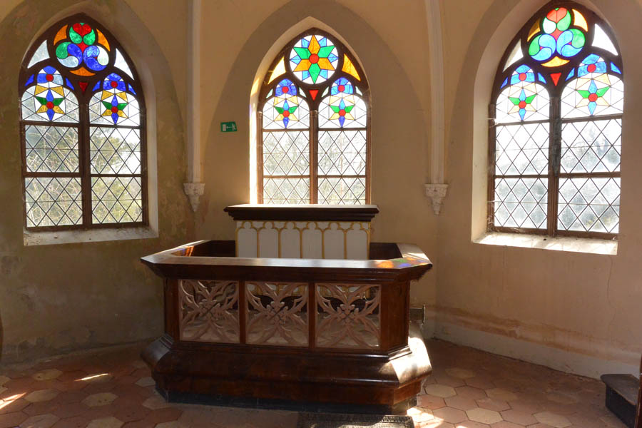 Klosterkapelle St. Jürgen vor Rambin: Innen ein Schmuckstückchen, außen dem langsamen Verfall preisgegeben.