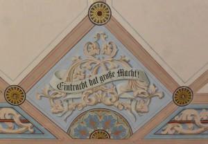 Kunstvolle Deckenmalereien in der Kapelle mit einer Weisheit, die sich heutzutage manche Politiker hinter die Ohren schreiben müssten.