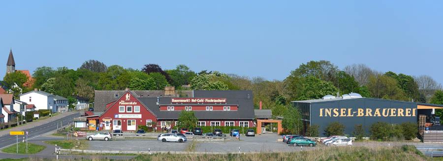 Türöffner zur Insel Rügen: Auf dem Weg zum Urlaubsort kommt man fast immer an den großen Lettern der Insel-Brauerei vorbei. Zusammen mit der benachbarten Alten Pommernkate hat sich der Flecken zu einem touristischen Ziel entwickelt.