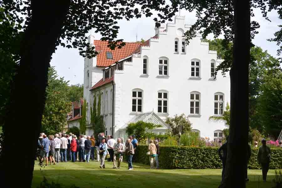 Das Rittergut Streu ist in Urkunden bereits für das 13. Jahrhundert nachgewiesen. Zum Ende der DDR-Zeit und nach der Wende verfiel die Anlage zusehends. Bis sie 2001 von den Eheleuten Gisa und Hans-Peter Reimann gekauft und in jahrelanger Arbeit saniert wurde.