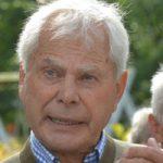 Hans-Peter Reimann führt durch Gut Streu.