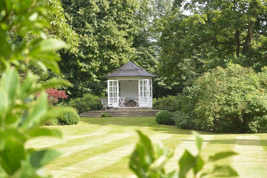 Lauschige Plätze zum Verweilen finden sich an vielen Stellen auf Gut Streu, zum Beispiel in dem vor Regen geschützten Pavillon.