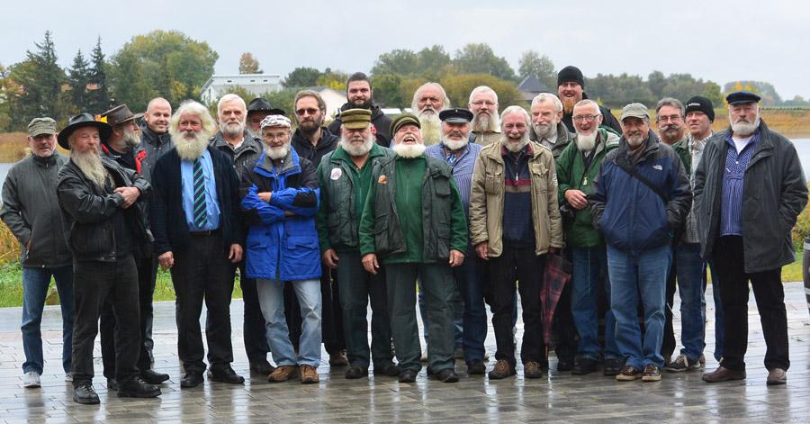 """23 von 35 """"registrierten"""" Bartträger der Insel Rügen bei ihrem diesjährigen Treffen auf Ummanz."""