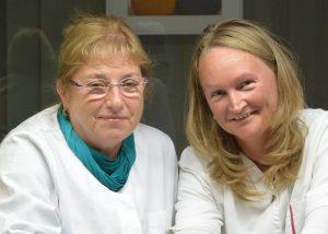 Zahnärztin Andrea Beer (links) mit ihrer Arzthelferin Manuela Tünge.