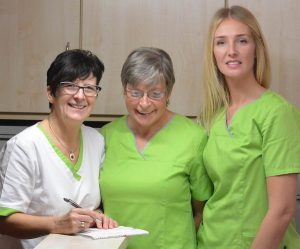 Dr. Martina Lindner mit ihren Arzthelferinnen Uta Hofmann und Irina Matthiesen (von links).